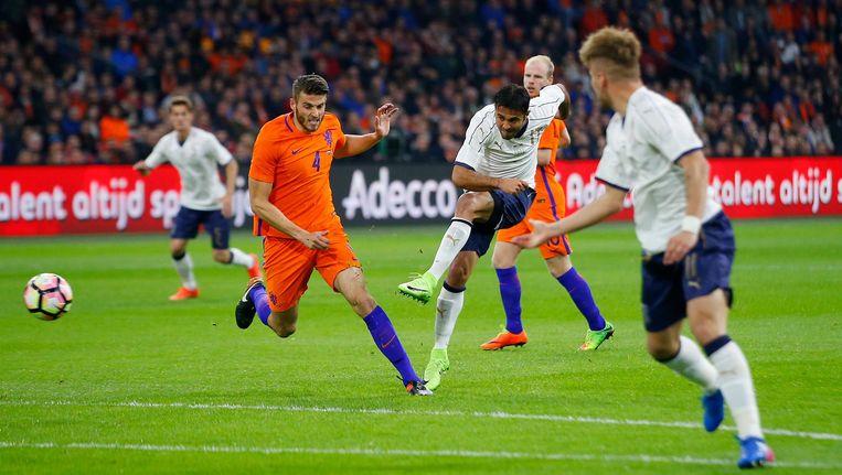 Doelpuntmaker Eder schiet op doel tijdens de door Oranje met 1-2 verloren vriendschappelijke wedstrijd. Wesley Hoedt (links) is te laat. Beeld ap