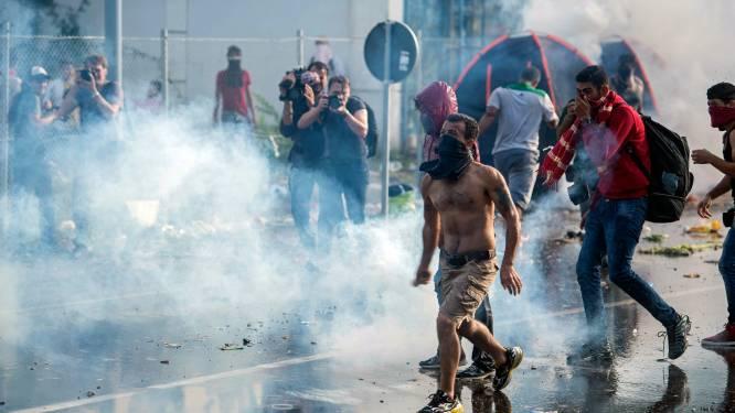 Hongarije zet waterkanon en traangas in tegen vluchtelingen
