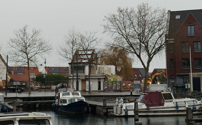 Het gaat snel met de sloop van de arbeiderswoningen en shoarmazaak aan de Veghelse haven.