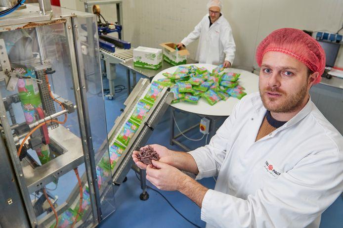 Rob de Weert van het Bossche bedrijf Fruitfunk bij de verpakkingslijn (TotalPack) in Oss. Ze produceren snoep gemaakt van 98% fruit.