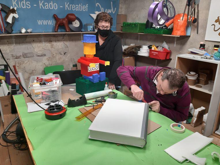Frank Deen en Jolanda van Rijswijk in hun knutselzaak Juul in Heemstede. Deen legt de laatste hand aan een surprise in de vorm van een boek. Beeld