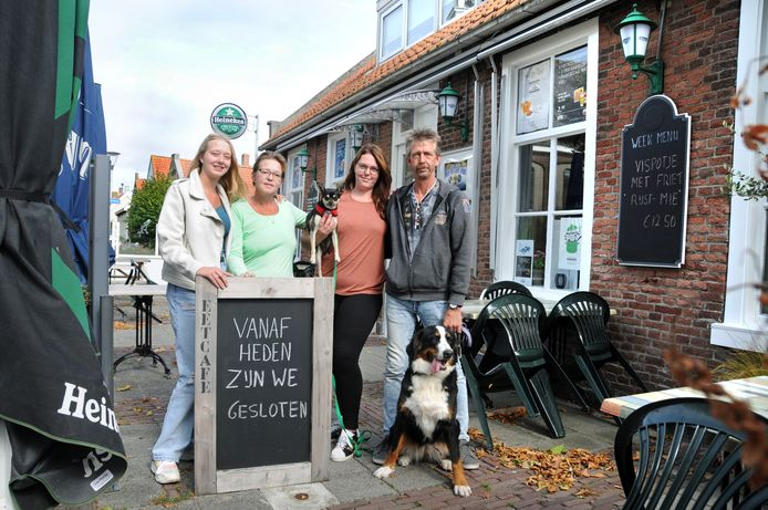 Bianca en Marco Hart en hun dochters Nicole (l) en Manon (r) met de hondjes Senna en Twix buiten hun Het Hart van Kerkwerve.