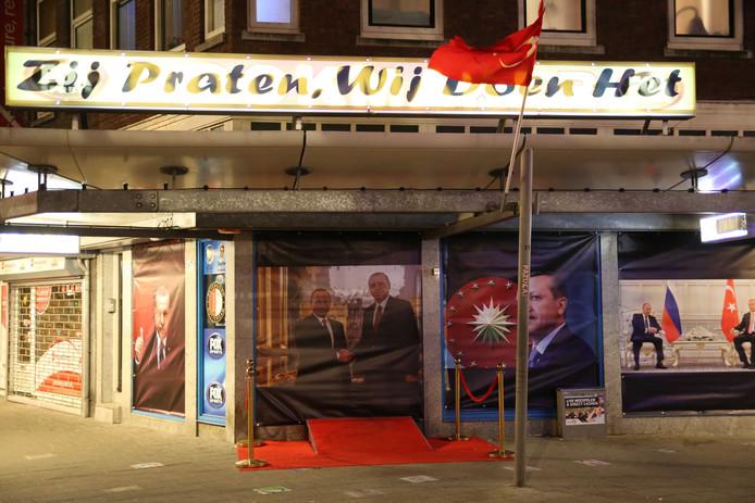 De politie verwijderde vandaag posters met de beeltenis van de Turkse president Recep Tayyip Erdogan uit de etalage van een pand in Rotterdam.