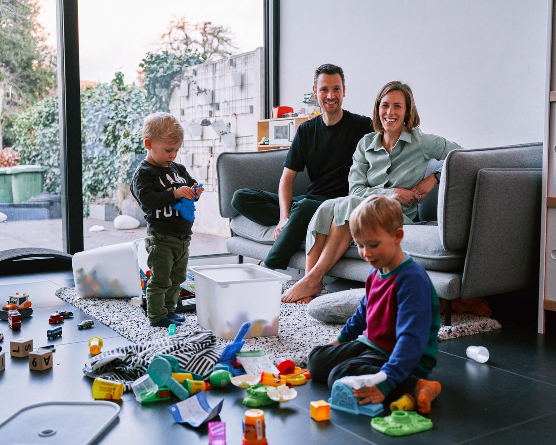 Joni Junes met haar gezin. Beeld Thomas Sweertvaegher