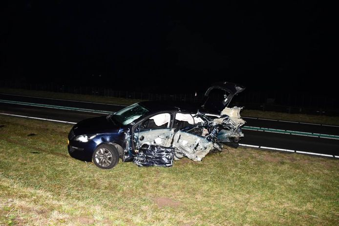 De betrokken personenauto raakte zeer zwaar beschadigd.