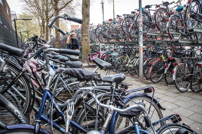 Gestalde fietsen nabij het station in Zwolle.