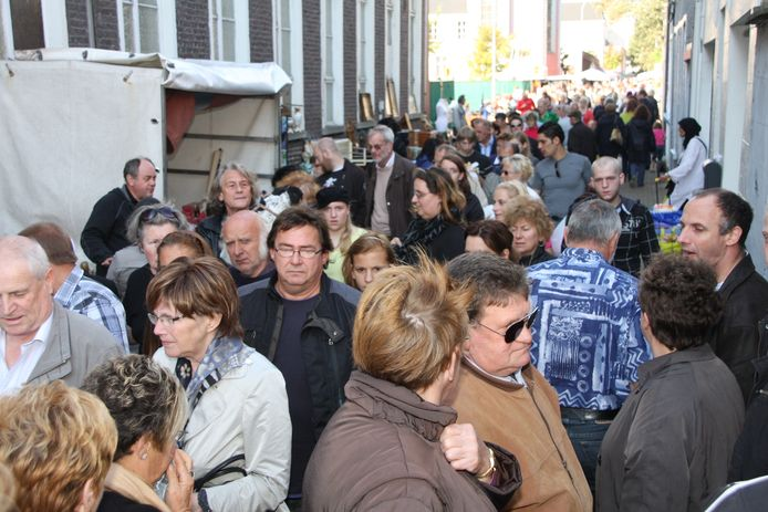 Begin oktober is het altijd koppen lopen op de rommelmarkt van 't Kaaiken.