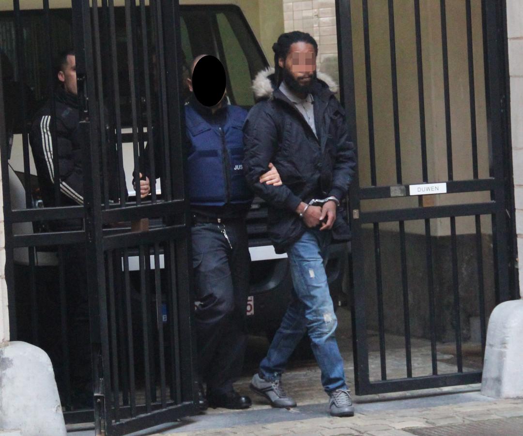 Miquel B. wordt geboeid het gerechtsgebouw binnen gebrachtLichtjes rasteren aub