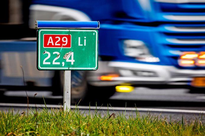 Hectometerpaaltjes langs de A29 zijn voorzien van een blauwe rol zodat roofvogels er niet meer op kunnen zitten.