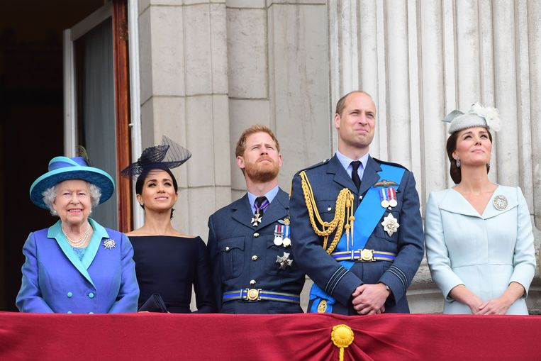 LONDON, ENGLAND - JULY 10:  Queen Elizabeth II, Meghan, Duchess of Sussex, Prince Harry, Duke of Sussex, Prince William Duke of Cambridge and Catherine, Duchess of Cambridge watch the RAF 100th anniversary flypast from the balcony of Buckingham Palace on July 10, 2018 in London, England. (Photo by Paul Grover - WPA Pool/Getty Images) Beeld Getty Images