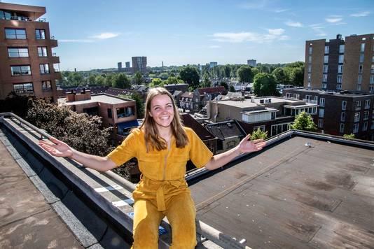 Mirjam Slob op daken-zoektocht in het centrum van Tilburg.