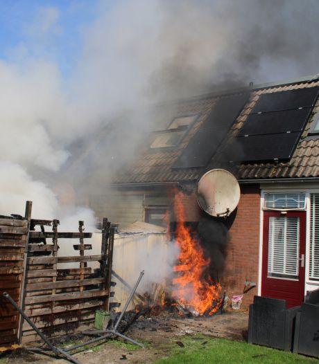 Schuurbrand slaat over op schutting in Lelystad: ravage in twee achtertuinen