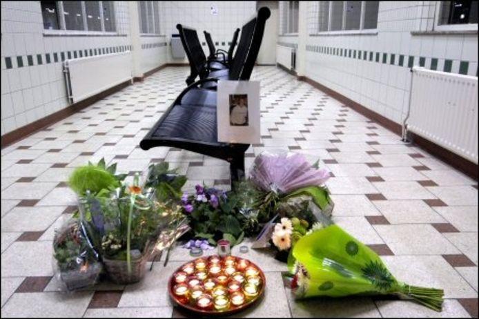 Bloemen en kaarsen in de wachthal op de plaats waar Thijs Geers om het leven gebracht werd. foto Robert van den Berge/het fotoburo