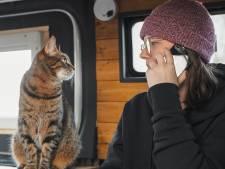 Shamira (30) reist overal naar toe en neemt poes Saartje gewoon mee in de camper