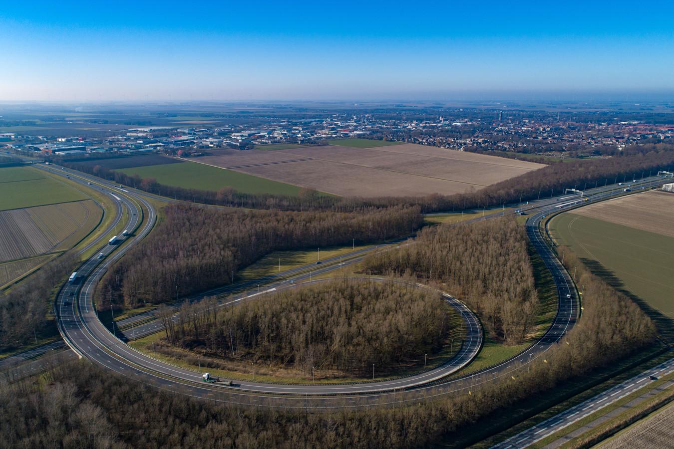 Knooppunt Emmeloord (A6/N50). Bij een eventuele aanleg van de Lelylijn zou het station Emmeloord in de kom van dit knooppunt komen. Links in beeld de A6 vanaf Lelystad en rechts de A6 richting Lemmer/Friesland.
