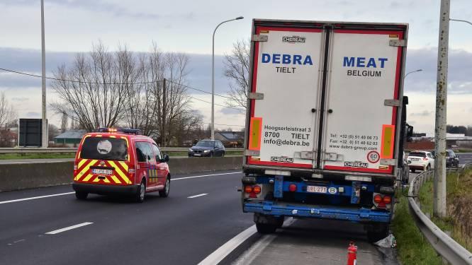 Brandweerman in burger doet trucker stoppen die kampt met oververhitte remmen