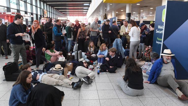 Gestrande passagiers in Gatwick Airport. Beeld EPA
