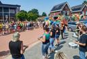 De groep 8-leerlingen van basisschool De Wissel vertrekt vanaf school voor een ronde door het dorp.