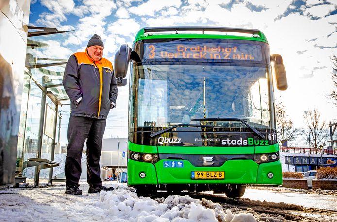 Buschauffeur Mario had het in februari van dit jaar koud in zijn stadsbus.