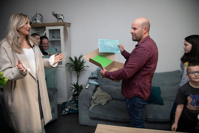 Postbezorger 'Appie' krijgt van Rosa Jurgens (links) uit de Nijmeegse wijk Hazenkamp een cheque overhandigd ter waarde van 3.250,70 euro.