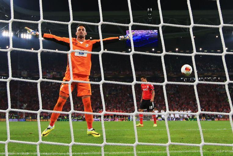 De held van Sevilla! Keeper Beto, nota bene een Portugees, heeft de strafschop gekeerd van Benfica-speler Rodrigo in de finale van de Europa League in Turijn. Beeld getty
