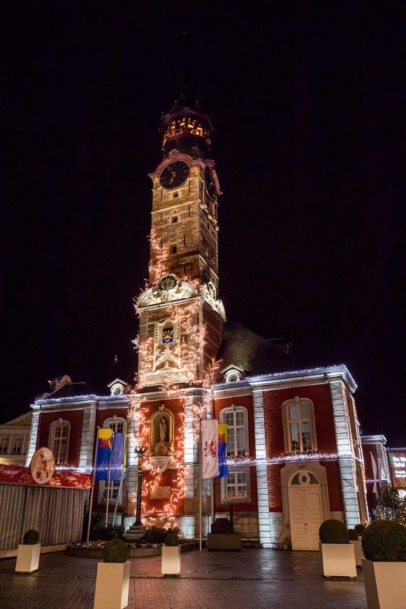 Ook het stadhuis van Sint-Truiden wordt mooi ingekleed in de eindejaarsperiode.