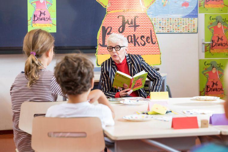 Schrijver Carry Slee leest op basisschool De Triangel in Weesp voor uit haar boek 'Juf Braaksel en de magische ring'.  Beeld Brunopress