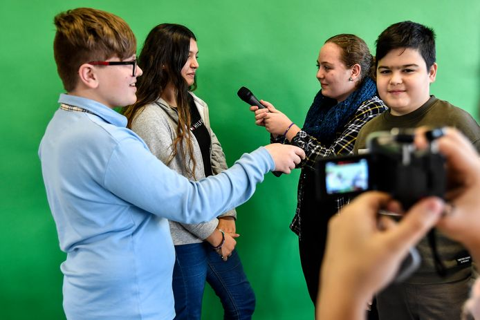 Op het einde van de les maken ze een video waarin ze omschrijven wat ze geleerd hebben. Kenji (links in het blauw) heeft ondertussen zijn eigen YouTube kanaal waarin hij anderen ook waarschuwt.