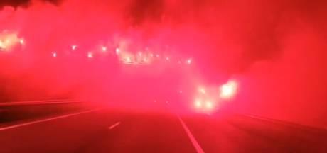 Spelersbus De Graafschap met fakkels onthaald na bekerstunt bij FC Twente