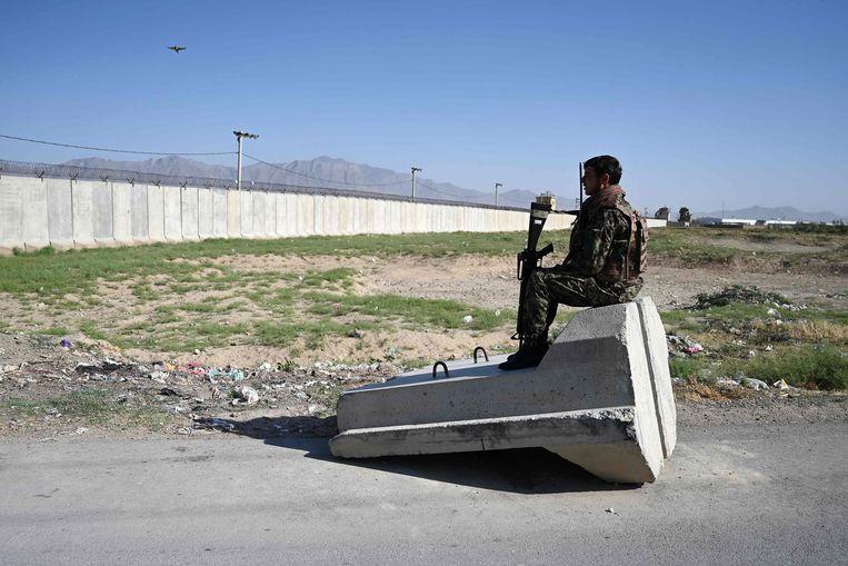 Een soldaat van het Afghaanse leger bij een checkpoint vlakbij de militaire basis Bagram.  Beeld AFP