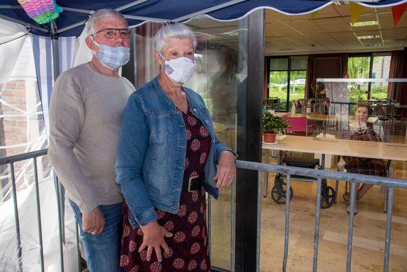 Jean Marie en Dorien op bezoek bij mama Nelly (90) in WZC Lemberge in Merelbeke.