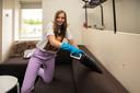 Lieke Prins doet als studente in Amersfoort huishoudelijk thuishulp werk. De foto is bij haar thuis in scene gezet daar foto's maken tijdens haar werk niet mogelijk bleek.