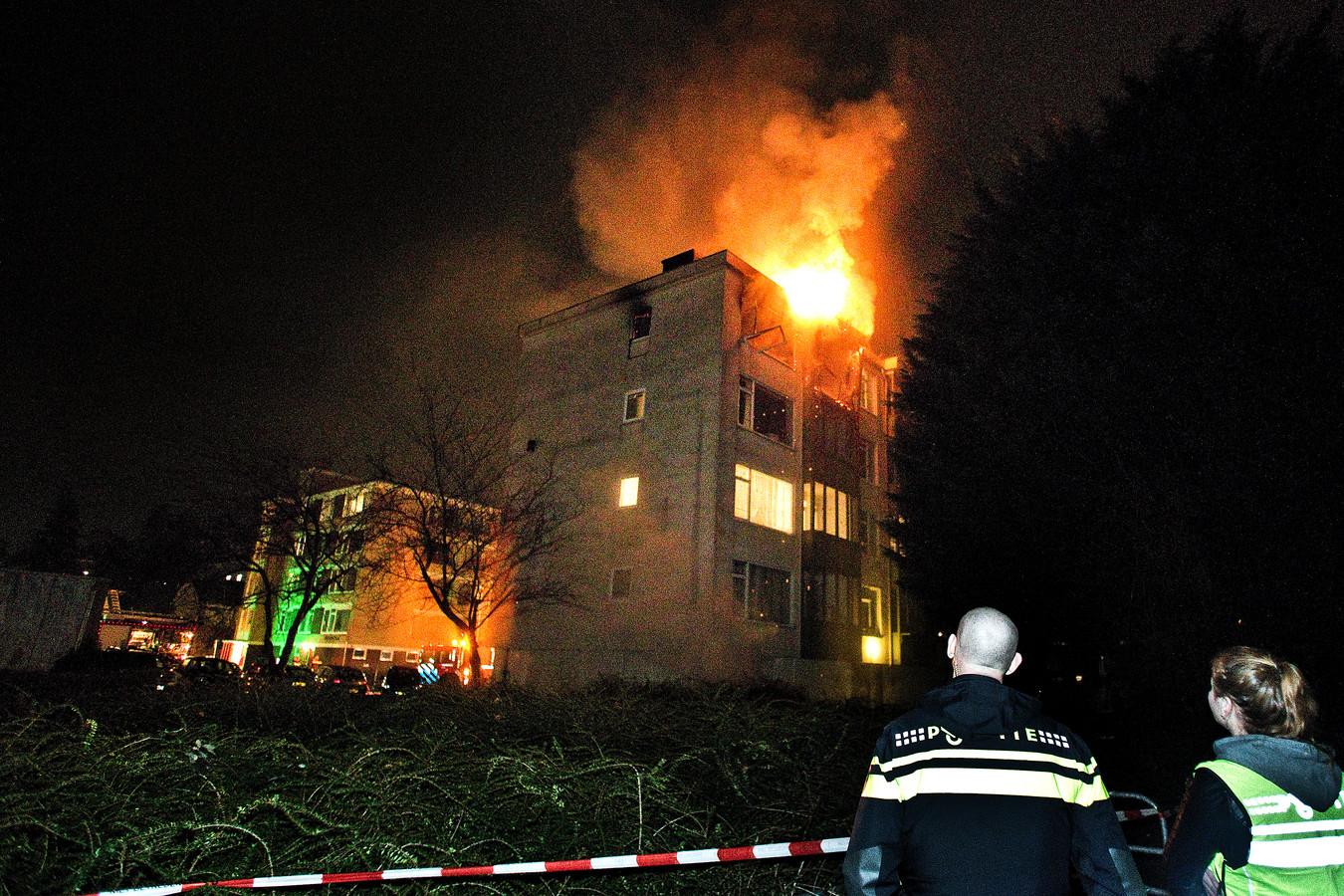 De woning in de portiekflat brandde volledig uit. De vier aanwezigen konden op tijd wegkomen. De flats worden momenteel gesloopt als laatste onderdeel van de facelift van de Colijnstraat en omgeving.