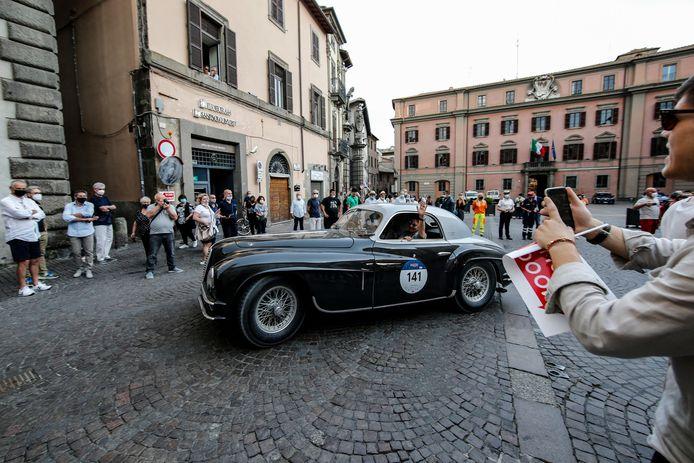 Een Alfa Romeo 6c 2500 SS Coupe Touring uit 1949 op een plein in Viterbo.