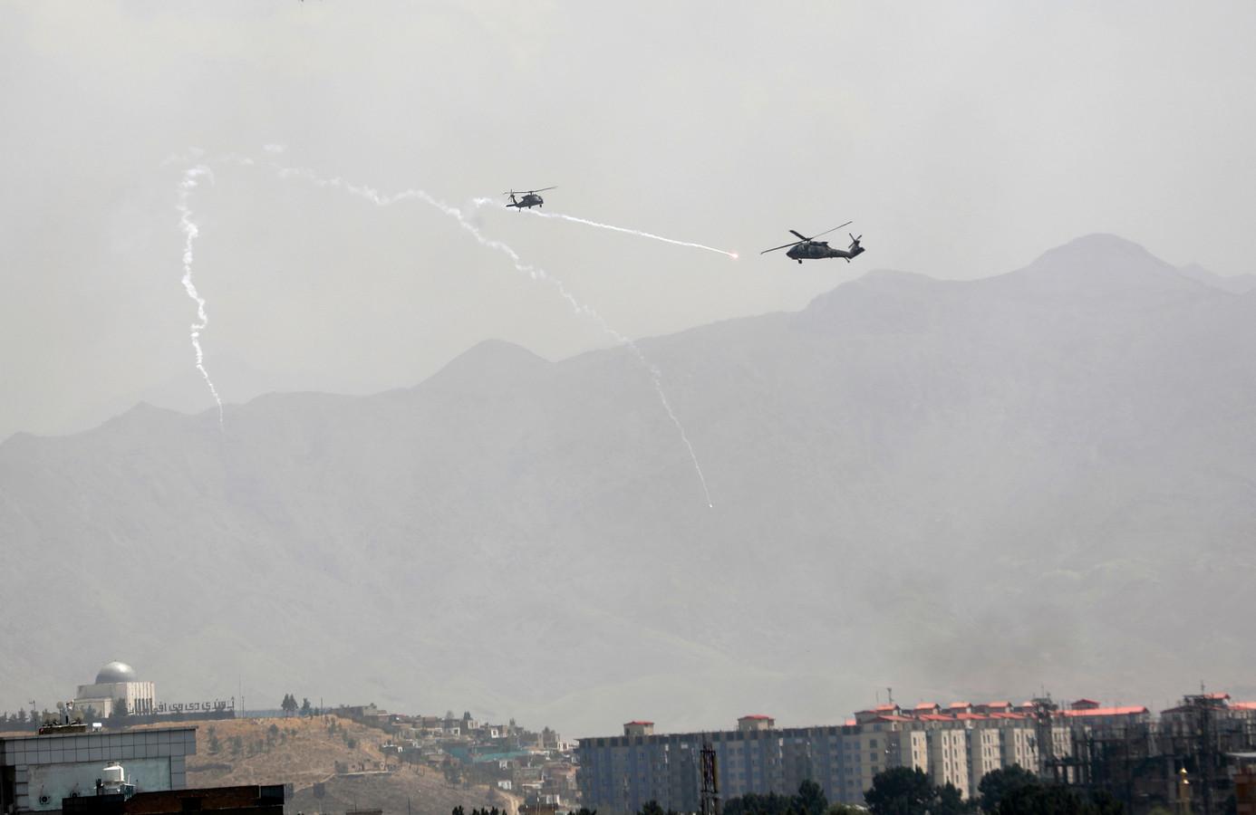 Amerikaanse Black Hawk boven Kaboel.
