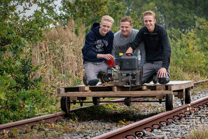 Jongeren gaan met een zelfgemaakt voertuig over het Duits Lijntje in Schijndel.