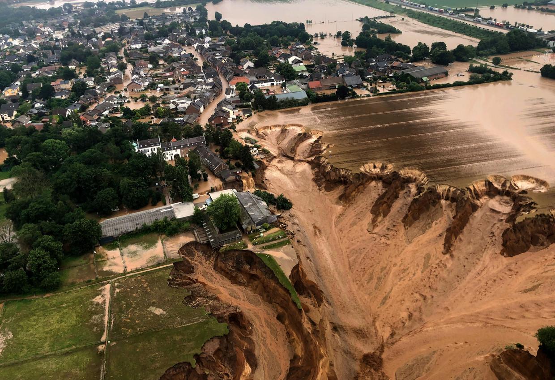 De aardverschuiving in Erftstadt bij Keulen, die een rij huizen met zich meesleurde. Beeld AP