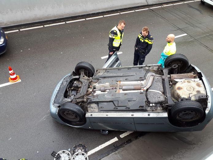Deze auto belandde dinsdag op zijn kop in de Willemstunnel.