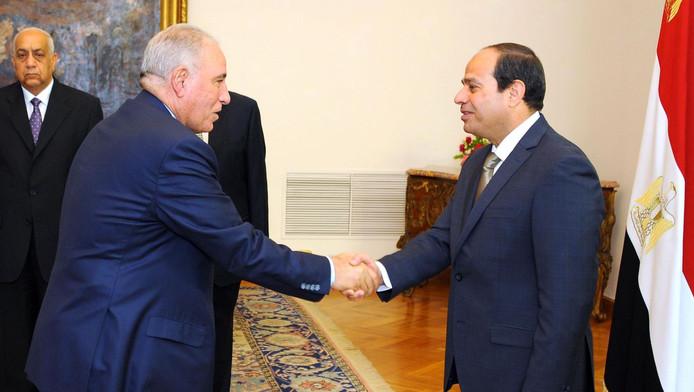 Ahmed al-Zend (links) schudt president Abdel Fattah al-Sisi de hand bij zijn aantreden vorig jaar mei.