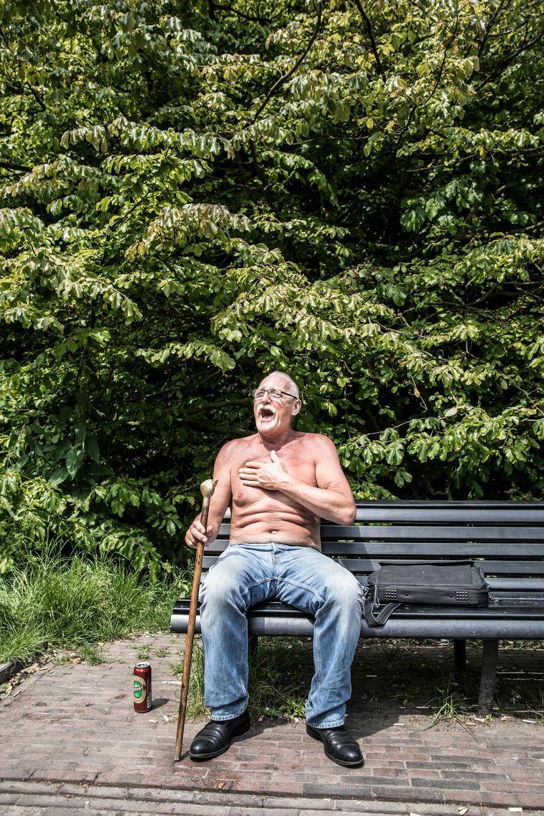 Kees: 'Ik heb hier leren lopen, ik kom al mijn hele leven in het Oosterpark.' Nee, niet altijd met bier natuurlijk, dat begon pas later Beeld Marlena Waldthausen