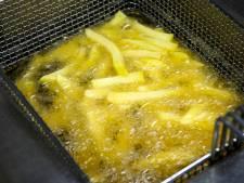 Gorcums zwembad doneert dozen vol friet aan de Voedselbank
