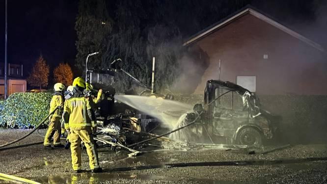 Mobilhome brandt volledig uit op parking Brasserie Coppens
