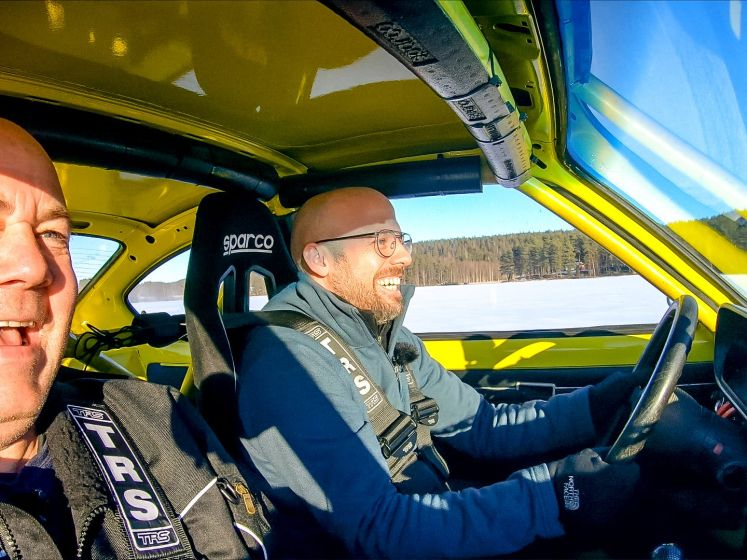 Staf vlamt met wagen over bevroren meer in Zweden