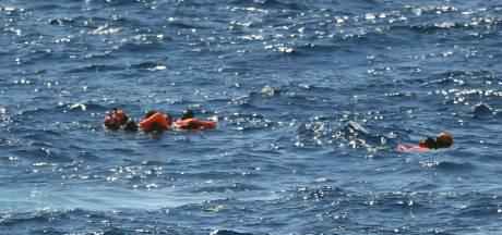 Groep migranten springt van schip Open Arms voor kust Italië
