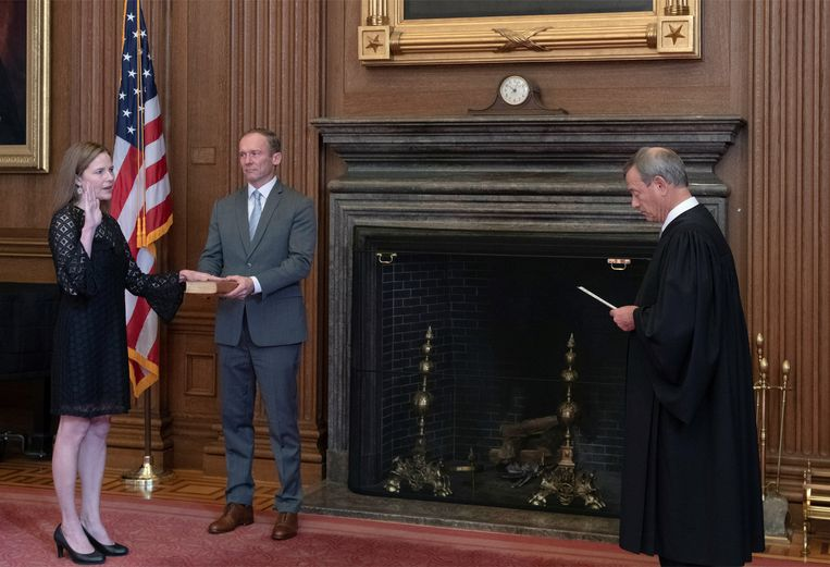 Dinsdag is Amy Coney Barrett ingezworen als lid van het hooggerechtshof, de derde benoeming door Trump Beeld U.S. Supreme Court via REUTERS