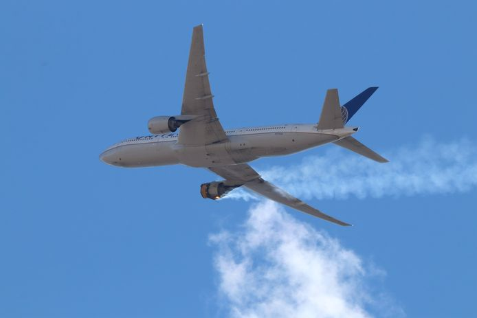 De Boeing 777 waarvan afgelopen zaterdag de rechtermotor in brand vloog tijdens een vlucht, waarna het vliegtuig onderdelen verloor boven Denver.