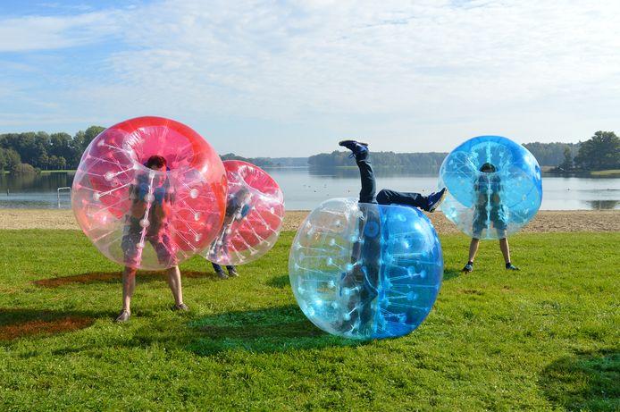 Surplus Jongerenwerk organiseert deze vakantie volop activiteiten voor jongeren, waaronder bubblevoetbal.