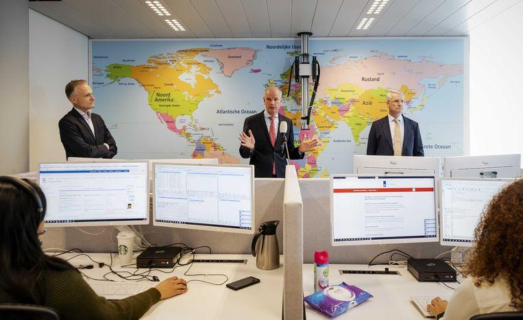 ANVR-directeur Frank Oostdam, toenmalig minister van Buitenlandse Zaken Stef Blok en een vertegenwoordiger van het Verbond van Verzekeraars tijdens de lancering van het meldpunt voor Nederlandse reizigers die door de coronacrisis niet zelf van hun reis kunnen terugkeren.  Beeld ANP