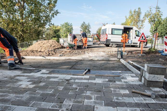 Gemeentepersoneel is volop bezig met de heraanleg van het pleintje.