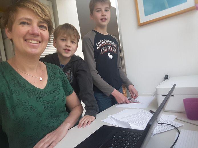 Verslaggeefster Lieke Mulder werkt ook vanuit huis. Tussendoor helpt ze haar twee zoons met schoolwerk.